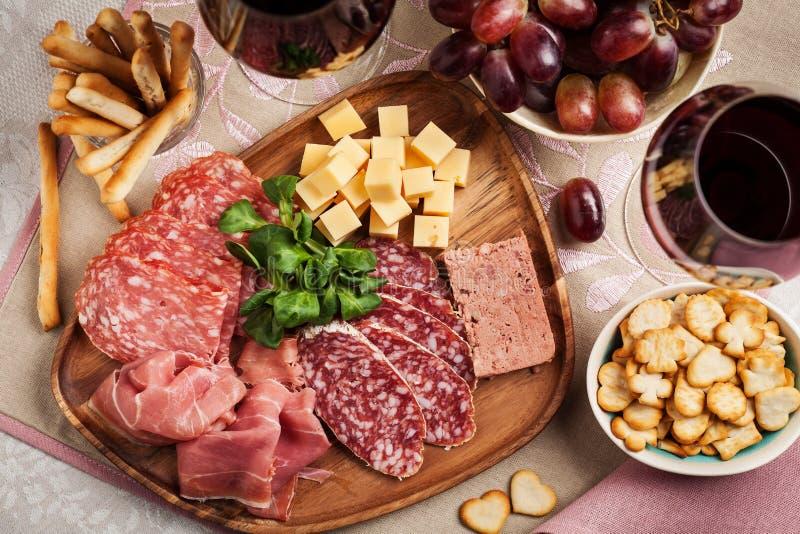 R?tt vin med charkuterit och ost royaltyfria foton