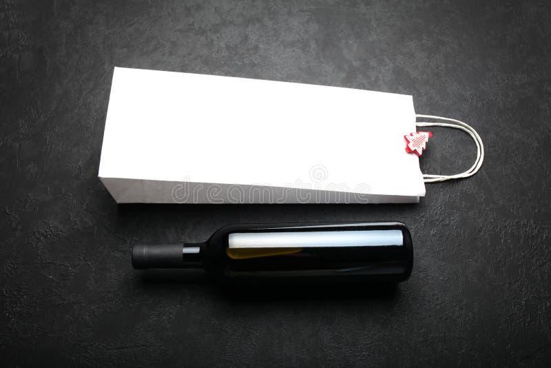 R?tt vin som firar jul alkoholiserad drink royaltyfri bild