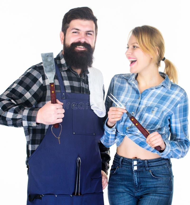 r r u Ερωτευμένα εργαλεία κουζινών λαβής ζεύγους Γενειοφόρα hipster και κορίτσι ατόμων στοκ φωτογραφία