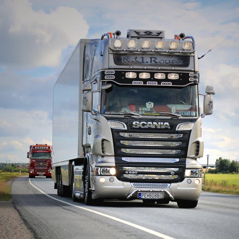 r U De Nostalgie van routescania R620 in Vrachtwagenkonvooi stock foto