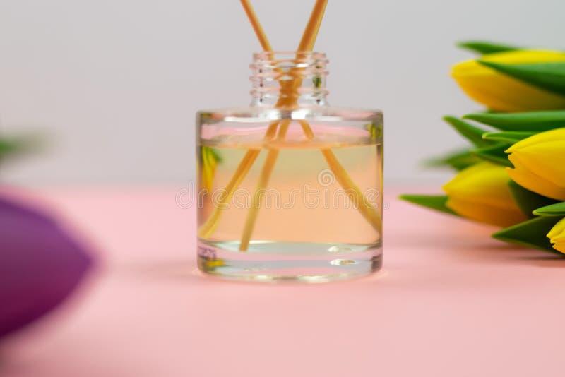R?ucherst?bchen und Tulpen auf rosa Hintergrund stockfoto