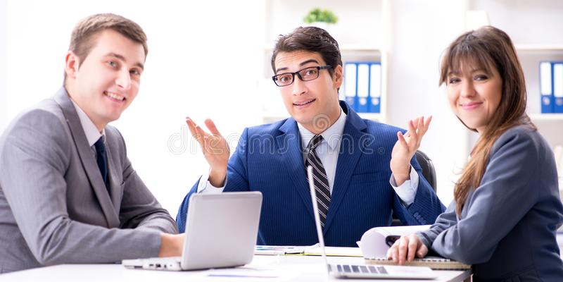 R?union d'affaires avec des employ?s dans le bureau photographie stock libre de droits