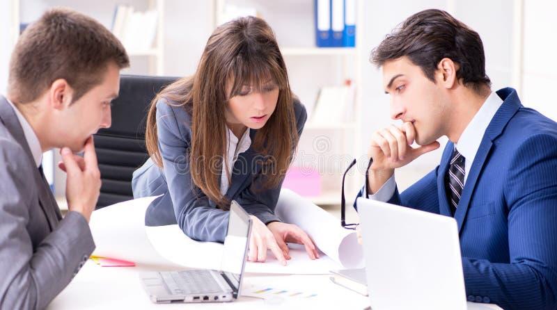 R?union d'affaires avec des employ?s dans le bureau photos stock