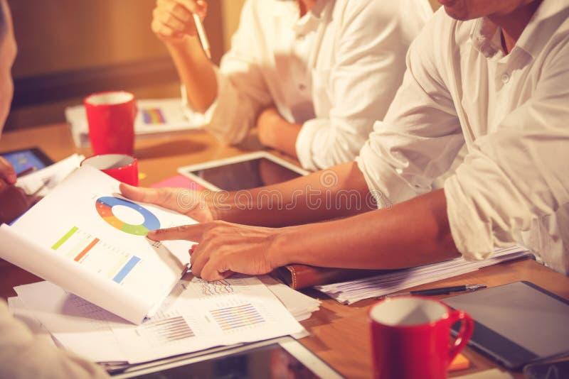 R?union de conseiller d'affaires pour analyser et discuter la situation sur le rapport financier dans le lieu de r?union Consulta photo stock
