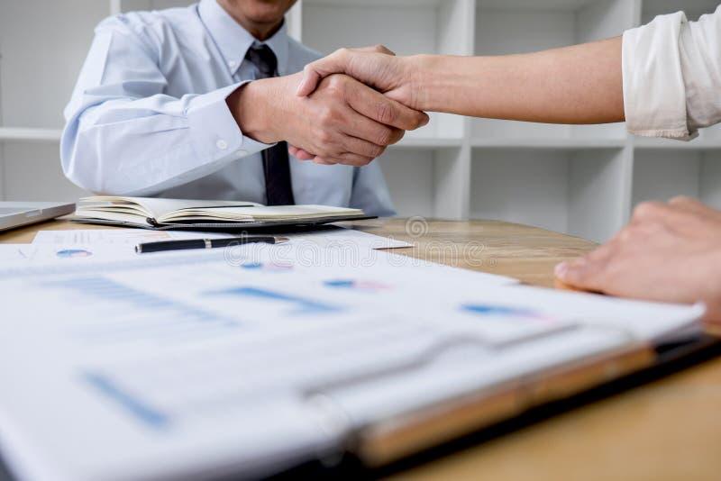 R?union et poign?e de main d'affaires de concept, de collaboration deux et hommes d'affaires de salutation apr?s la discussion de image stock