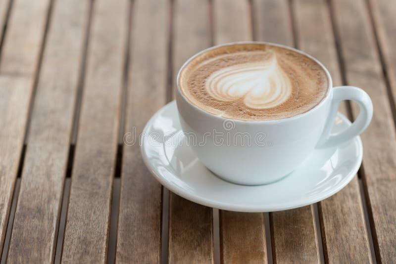 r Vitt kaffe rånar med hjärtaform arkivfoto