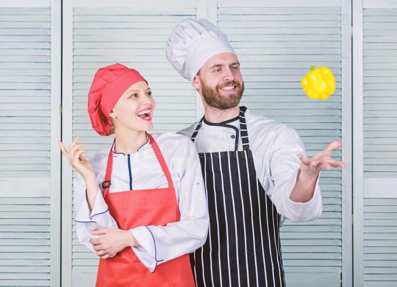r Vrouw en gebaarde man die samen koken Kokend gezond voedsel Vers vegetarisch gezond voedselrecept vers royalty-vrije stock afbeeldingen
