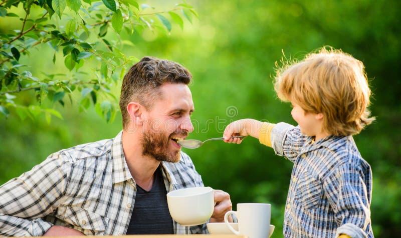 r r Wochenendenfrühstück organisch und Naturkost kleines Jungenkind mit stockbilder