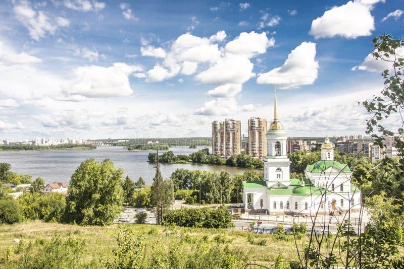 r yekaterinburg Λίμνη και μια κατοικημένη περιοχή Khimmash Nizhneisetsky απόψεων στοκ εικόνα