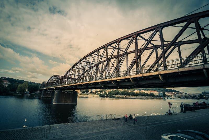 RaÅ ¡ Ãnov码头RaÅ ¡ Ãnovo nà ¡ bÅ™eÅ ¾ Ã或洪泛区斑点Nà ¡ plavka在夏天在布拉格,捷克 库存图片