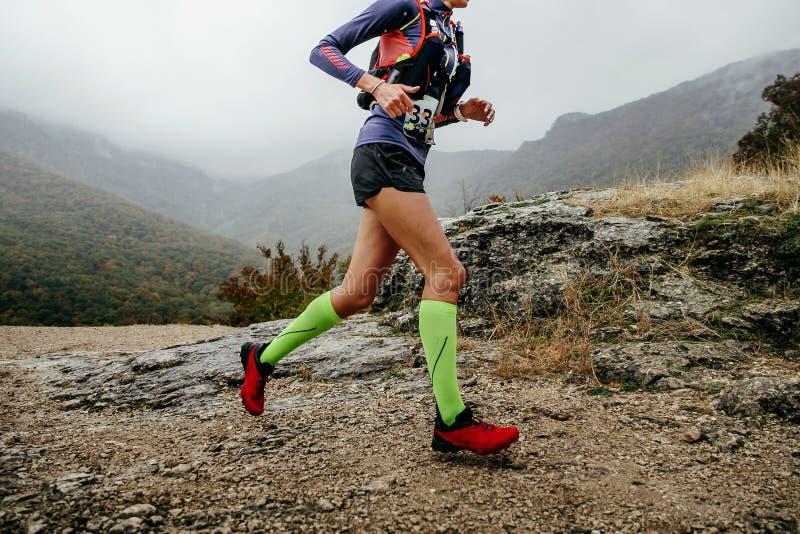 Raça da montanha da corrida do corredor da mulher imagem de stock