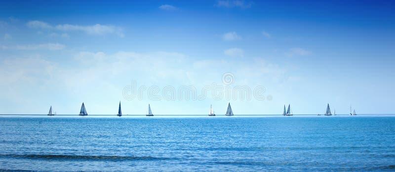 Raça da regata do iate do barco de navigação na água do mar ou do oceano foto de stock