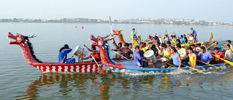 Raça de barco do dragão em bhopal imagem de stock royalty free