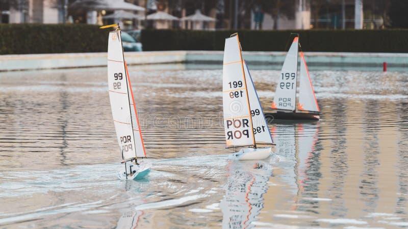 Raça de barcos de navigação pequena do brinquedo Mini barcos de vela de controle remoto da lagoa imagem de stock