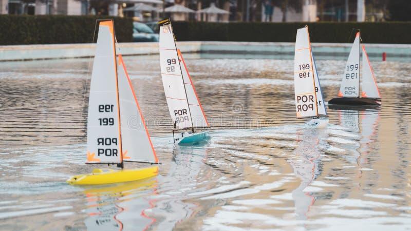 Raça de barcos de navigação pequena do brinquedo Mini barcos de vela de controle remoto da lagoa fotos de stock
