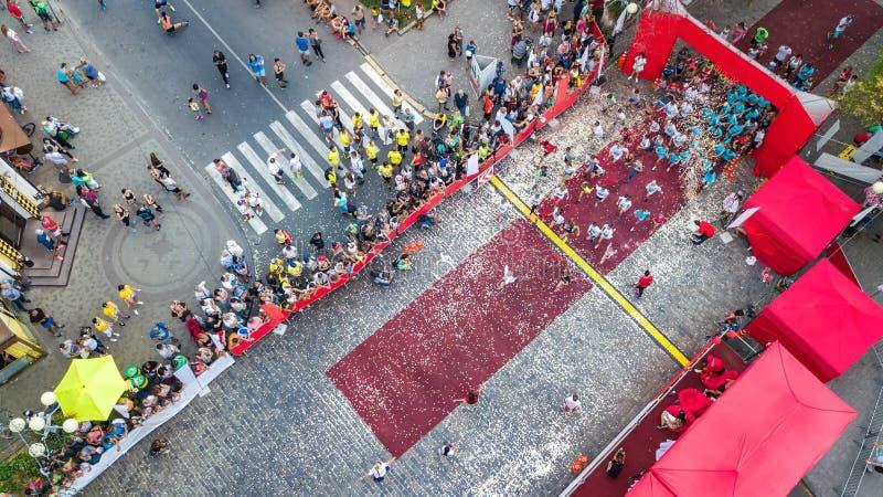 Raça de corrida da maratona, ideia aérea do começo e meta com muitos corredores de cima de, corridas de automóveis, competição de fotografia de stock