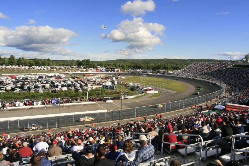 Raça do caminhão de NASCAR no NH fotografia de stock royalty free