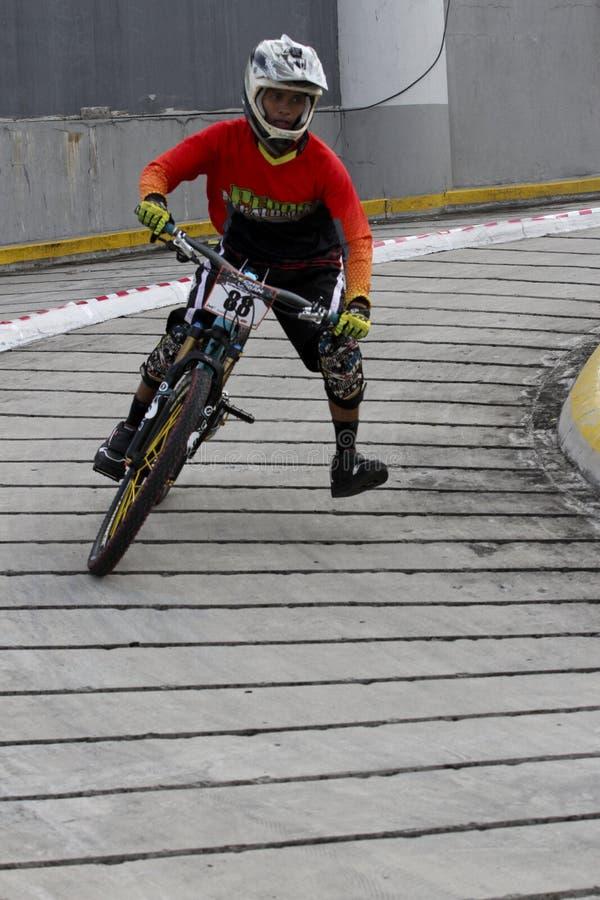 Raça do Mountain bike fotografia de stock