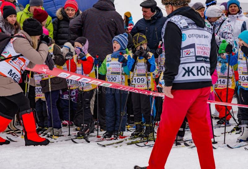 Raça 2017 do ` s das crianças da maratona do esqui de Nikolov Perevoz Russialoppet fotografia de stock royalty free