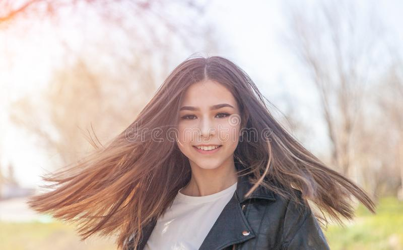 Ra?a misturada europeia asi?tica do adolescente feliz bonito da menina da luz do sol com o retrato longo do cabelo fotos de stock