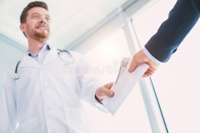 Raźna lekarka bierze łapówkę obraz stock