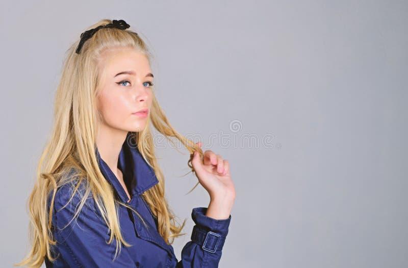 Ra?ces del blanqueo Concepto de las extremidades del peluquero Salvado mi pelo blanqueado C?mo tomar cuidado del pelo blanqueado  imagenes de archivo