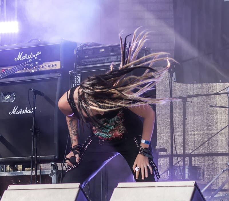 Ra letton de  de la bande métallique MÄ exécutant au festival d'air ouvert de Metalshow image libre de droits