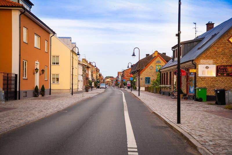 Raa,瑞典- 17 06 2018年:在Raavagen街道上的美丽的房子没有人在小镇Raa的晚上-老渔 免版税库存图片
