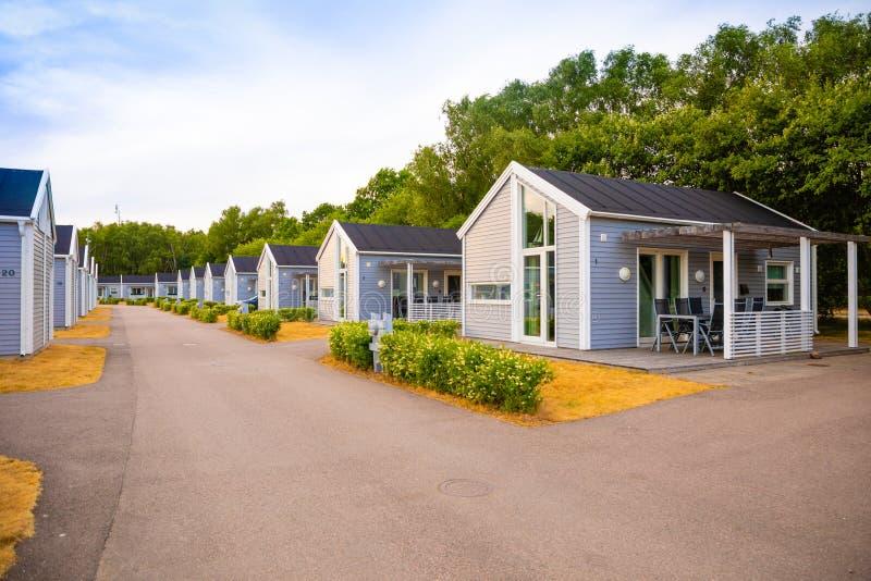 Raa, Szwecja - 17 06 2018: Grupa jednakowe popielate campingowe kabiny w małym szwedzkim miasteczka Raa obraz royalty free