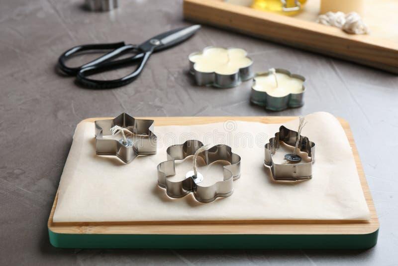 Raad met materialen voor het maken van met de hand gemaakte kaarsen stock afbeeldingen