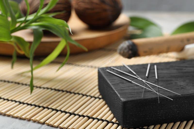 Raad met naalden voor acupunctuur stock afbeelding