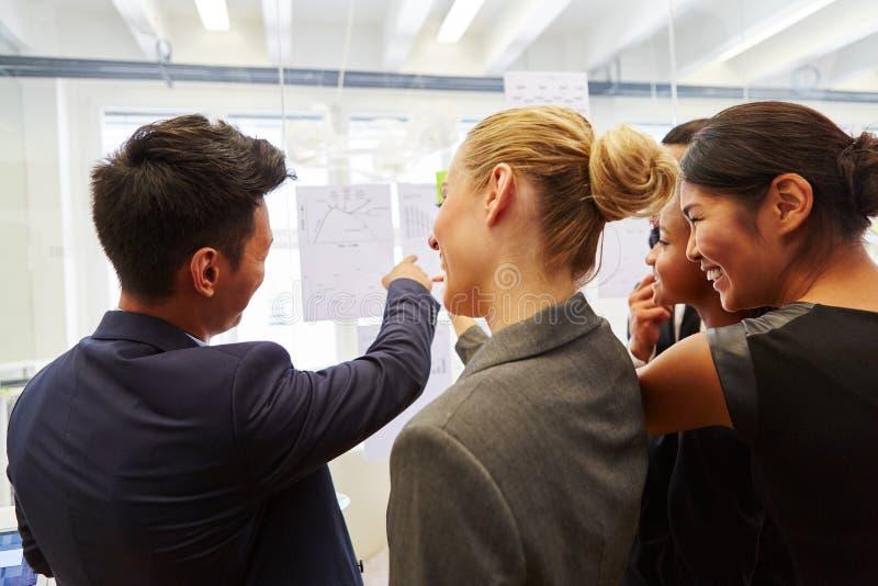 Raadplegend team in bedrijfsworkshop royalty-vrije stock afbeelding
