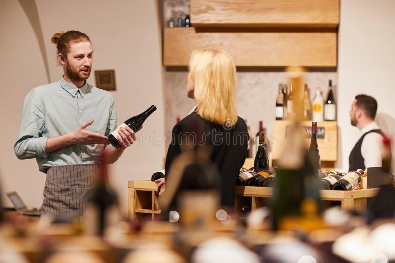 Raadplegende Cliënt in Wijnmakerij royalty-vrije stock fotografie
