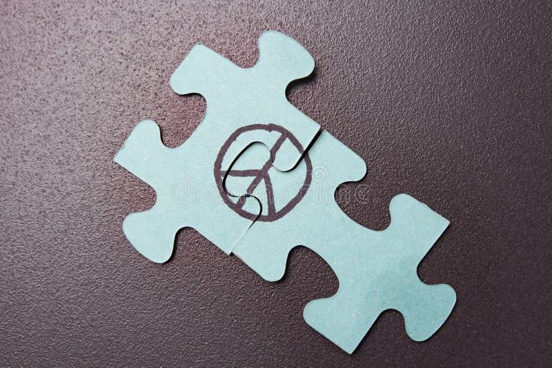 Raadsel met symbool van pacifisme op zwarte achtergrond Concept de wereld WERELDdag VAN VREDE Teken van vrede stock afbeeldingen