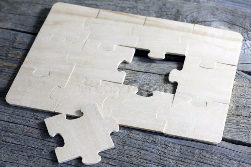 Raadsel op houten van het bedrijfs raadsteam concept stock fotografie