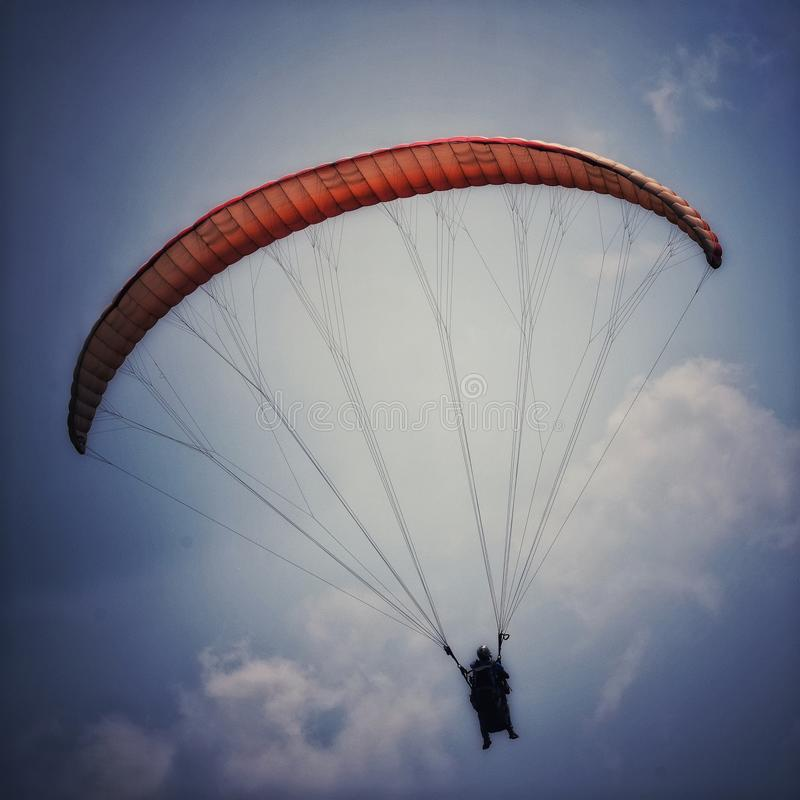 Raak de hemel, Deltaplaning bij bergen in Kerala royalty-vrije stock afbeeldingen