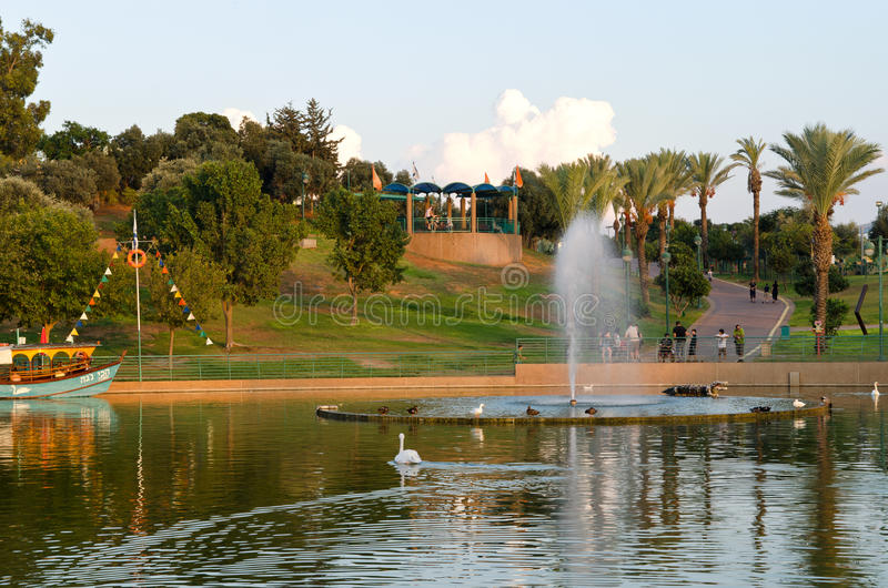 Raanana Jezioro Parkowi Drzewa i obraz royalty free