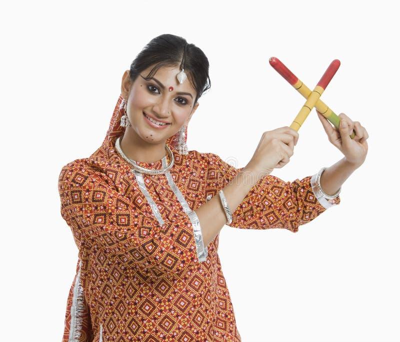 Raas d'esecuzione di Dandiya della donna su Navratri immagine stock