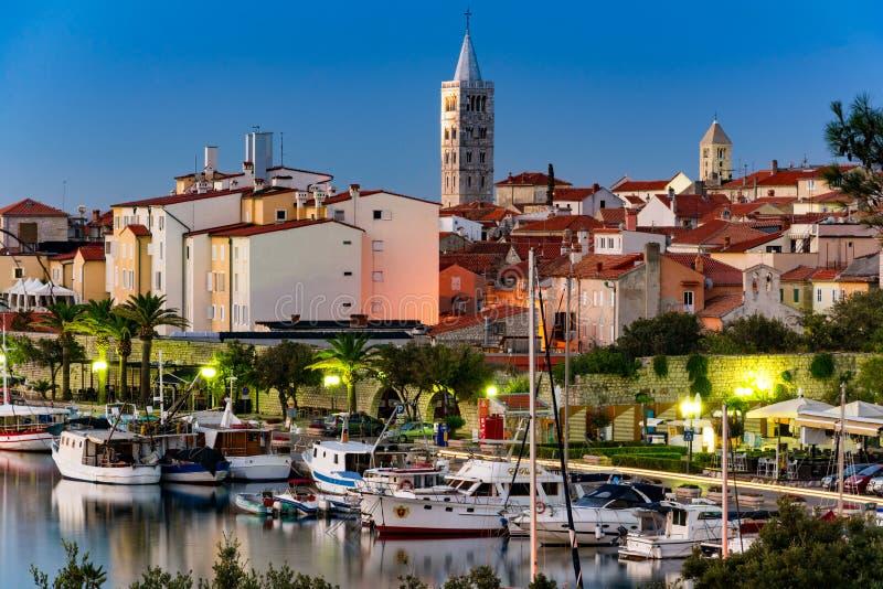 Rab Chorwacja, Sierpień, - 26, 2017: Marina w mieście Rab z centrum miasta w tle z dzwonkowym góruje na wyspie Rab wewnątrz fotografia stock