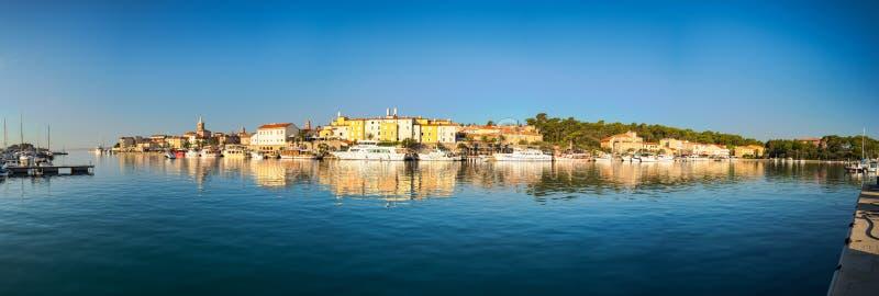 Rab Kroatien - Augusti 26, 2017: Panoramautsikt av marina i staden av Rab med centret i bakgrunds- och klockatornen arkivbilder