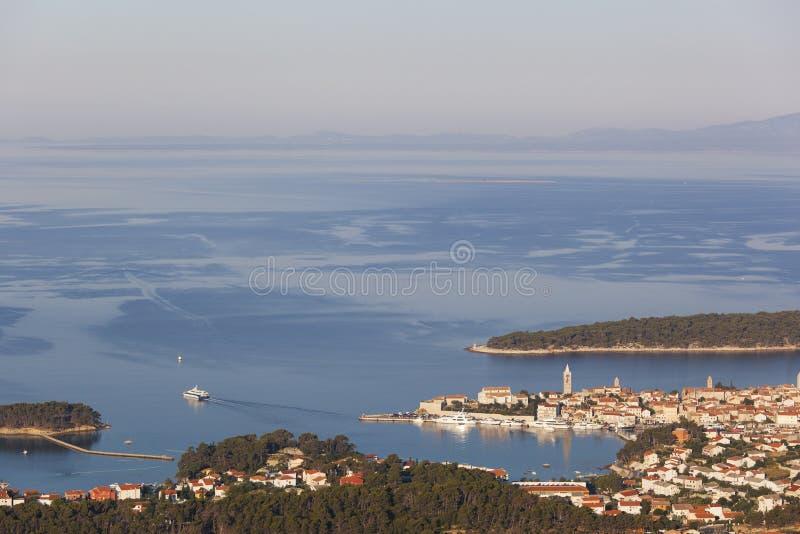 Rab stadspanorama med havet och öar i bakgrund royaltyfri bild