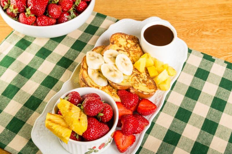Rabanada com fruto e café fotografia de stock