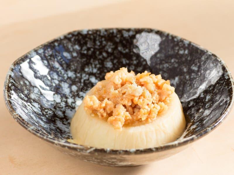 Rabanete japonês japonês da culinária, cortado e fervida com m fritado imagem de stock