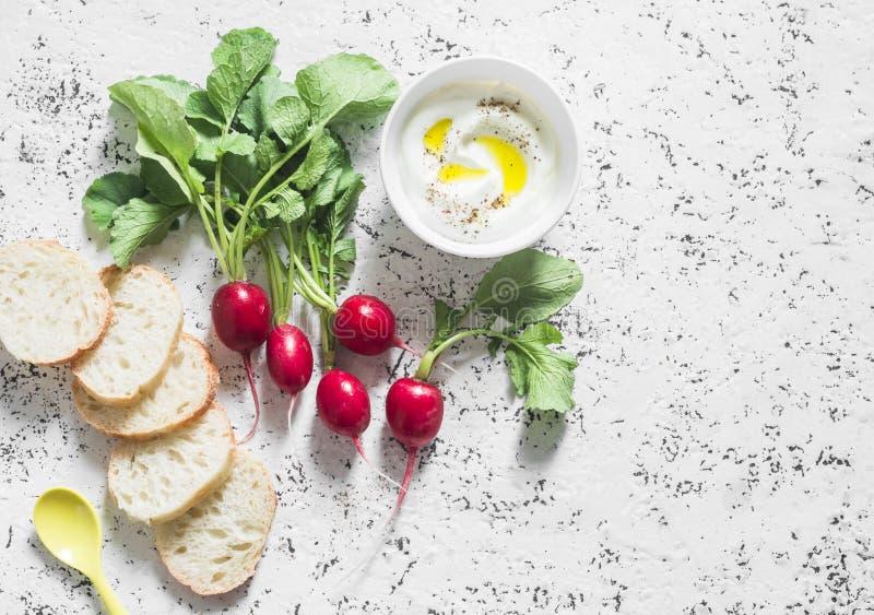 Rabanetes frescos do jardim, iogurte grego e baguette - refeição saudável em um fundo claro fotos de stock