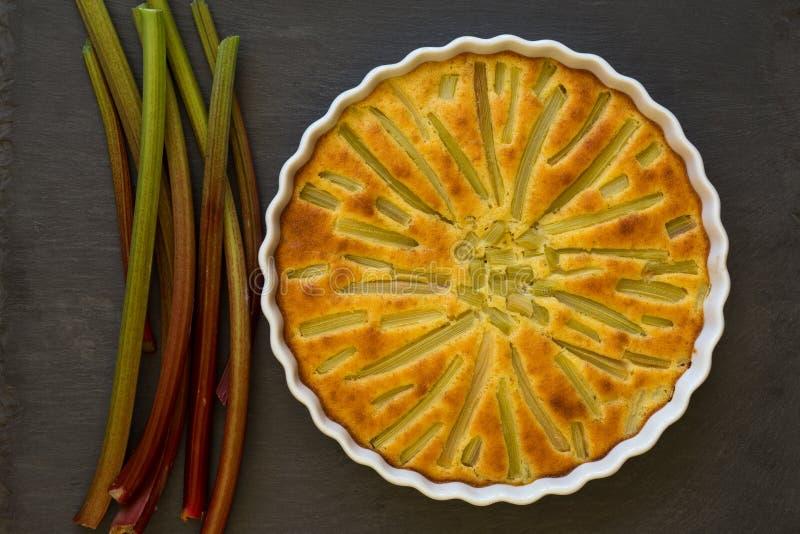 Rabarbercake met Stammen in Wit Steunend Dienblad op Lei Backgroun royalty-vrije stock foto