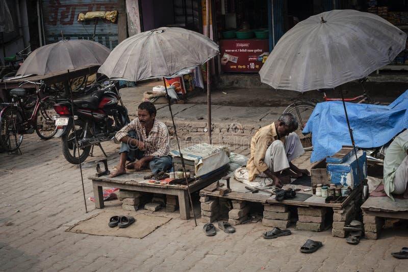 从Rabari部落的年长印地安鞋匠 免版税库存照片