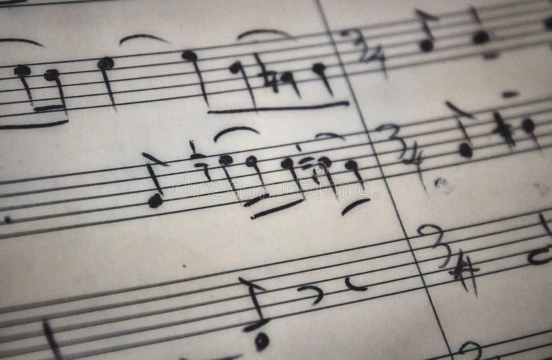 Rabat, Gozo/MALTA - Juni 28 2019: Sluit omhoog van met de hand geschreven bladmuziek op perkamentdocument royalty-vrije stock afbeelding