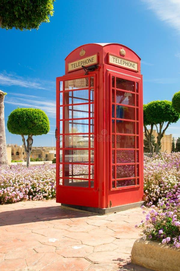 Rabat Malta, Maj, - 8, 2017: Czerwony telefoniczny pudełko jak ten Brytyjski telefoniczny pudełko w parku na Gozo wyspie obrazy royalty free