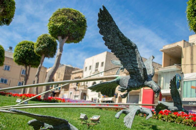 Rabat Malta, Maj, - 8, 2017: Ptasia rzeźba blisko Victoria podpalanej autobusowej przerwy przy Gozo wyspą fotografia royalty free