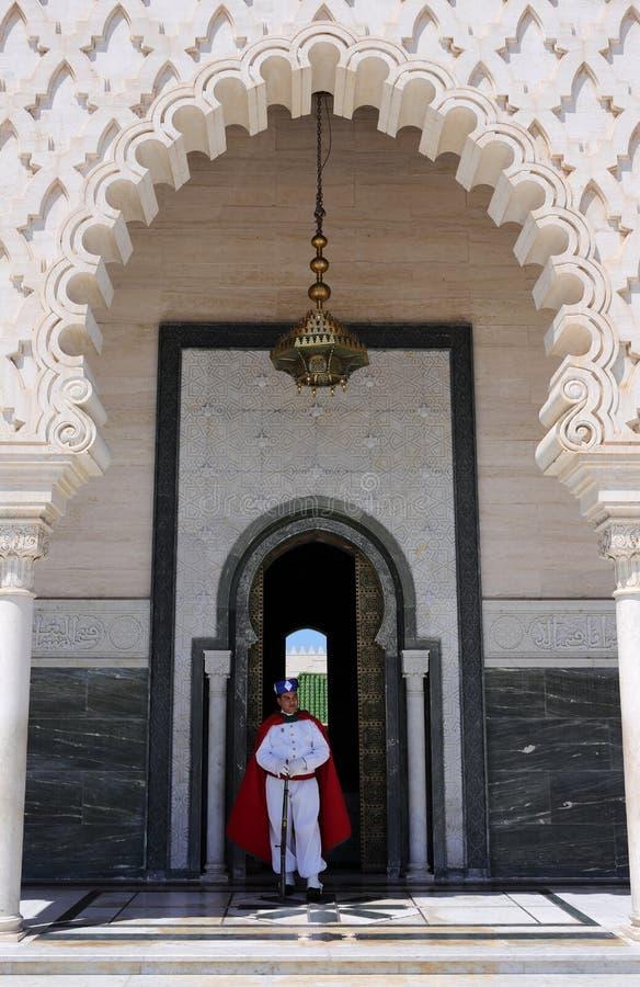 Rabat, Marrocos O mausoléu da fachada de Mohammed V, guardado pelo protetor real fotos de stock royalty free